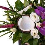 Композиция в шляпной коробке с кокосом и орхидеями в Санкт-Петербурге