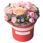 Розы Капучино, кустовые розовые розы и эвкалипт в шляпной коробке в Санкт-Петербурге