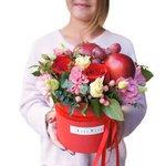 Шляпная коробка с розами, лизиантусом, виноградом и яблоками в Санкт-Петербурге