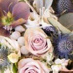 Букет невесты нежного кофейного оттенка с розами Морнинг Дью, хелеборусом, лавандой и эрингиумом в Санкт-Петербурге