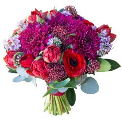 Классический яркий букет невесты с ранункулюсами, сиренью и пионовидными тюльпанами в Санкт-Петербурге