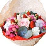 Нежный букет с цветами и клубникой в Санкт-Петербурге