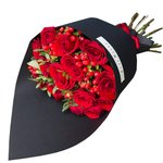 Букет из красных роз и гиперикума в стильной чёрной упаковке в Санкт-Петербурге