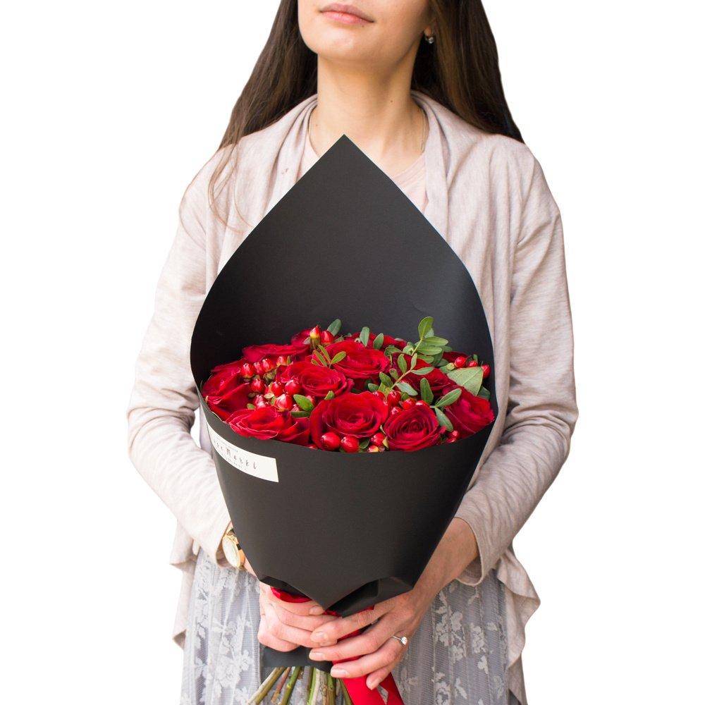 Альфа: красные розы в чёрной упаковке из крафта