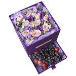 Розы Морнинг Дью с лизиантусом, лавандой и ягодами в коробке с сюрпризом в Санкт-Петербурге