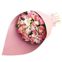 Нежный букет из роз, гвоздик, тюльпанов и фрезии в стильной упаковке в Санкт-Петербурге