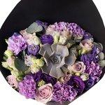Букет из роз Морнинг Дью, лунных гвоздик и суккулента в стильной чёрной упаковке в Санкт-Петербурге
