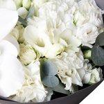Белоснежный букет с орхидеей в стильной упаковке в Санкт-Петербурге