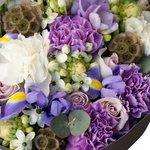 Букет из роз Морнинг Дью, гвоздик, фрезии и ирисов в стильной упаковке в Санкт-Петербурге