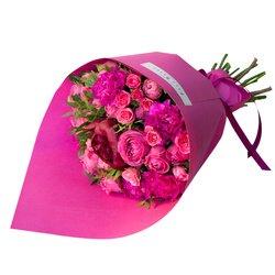 Ярко-розовый букет с бордовым пионом в стильной упаковке в Санкт-Петербурге