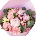 Нежно-розовый букет с пионами в стильной упаковке в Санкт-Петербурге