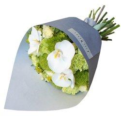 Бело-зелёный букет с белыми розами, орхидеями, мятными гвоздиками и диантусом в стильной упаковке в Санкт-Петербурге