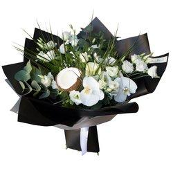 Букет с кокосом и белыми орхидеями в Санкт-Петербурге