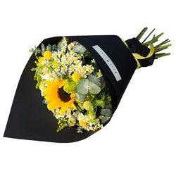Летний букет с подсолнухом и ромашками в стильной чёрной упаковке в Санкт-Петербурге