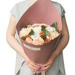 Персиковый очаровательный букет с розой Капучино, нежной гвоздикой, шариками скабиозы и соцветиями хлопка в стильной упаковке в Санкт-Петербурге