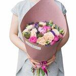 Яркий и одновременно нежный букет с розовым пионом, персиковыми гвоздиками, пионовидной розой Мисти Бабблз, лавандой и лизиантусом в стильной упаковке в Санкт-Петербурге