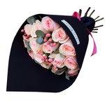 Букет из розовых роз и розового гиперикума в стильной чёрной упаковке в Санкт-Петербурге