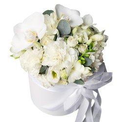 Композиция из белых цветов в шляпной коробке в Санкт-Петербурге