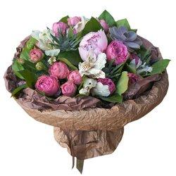 Букет с пионом, розами Мисти Бабблз и суккулентом в Санкт-Петербурге