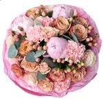 Букет из пионов, розы Капучино, розовых роз, гвоздик и ягодок гиперикума в Санкт-Петербурге