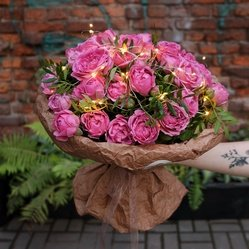 Букет из кустовой пионовидной розы Мисти Бабблз с гирляндой в Санкт-Петербурге