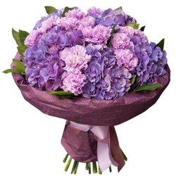 Букет из фиолетовых гортензий и лунных гвоздик в упаковке в Санкт-Петербурге