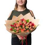 Недорогой букет из ярких красных и оранжевых кустовых роз в Санкт-Петербурге