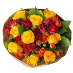 Букет из жёлтых и кустовых красных и оранжевых роз в Санкт-Петербурге