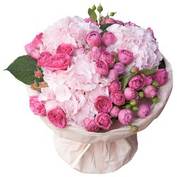 Букет из розовых гортензий и роз Мисти Бабблз в упаковке в Санкт-Петербурге