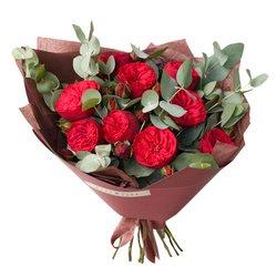 Пионовидная роза Рэд Пиано с эвкалиптом в упаковке в Санкт-Петербурге