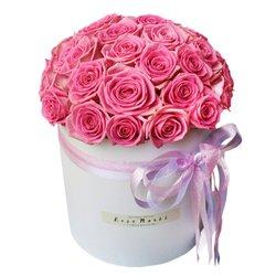 Розовые розы в белой шляпной коробке в Санкт-Петербурге
