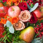 Букет-изобилие с розами Капучино, красными розами, нутаном, ягодками гиперикума и калины, фруктами и тыковкой в Санкт-Петербурге