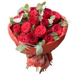 Пионовидная роза Рэд Пиано с красными розами и эвкалиптом в упаковке в Санкт-Петербурге