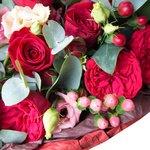Букет с пионовидной розой Рэд Пиано, красными розами, кустовыми розами, ягодками гиперикума и лизиантусом с эвкалиптом в упаковке в Санкт-Петербурге