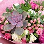 Весенний букет с суккулентом и ягодками гиперикума в Санкт-Петербурге