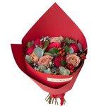 Букет с пионовидной розой Рэд Пиано, розой Капучино, брунией, ягодками гиперикума и эвкалиптом в стильной упаковке в Санкт-Петербурге