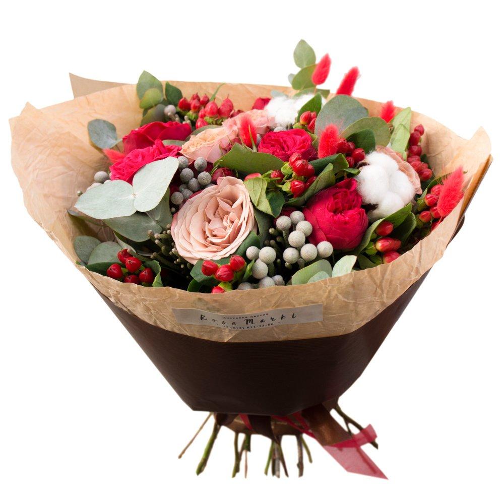 Букет с пионовидными розами Рэд пиано, розами капучино, хлопков, брунией и ягодками гиперикума в Санкт-Петербурге