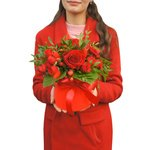 Яркая красная композиция в миниатюрной шляпной коробке с конфетами в Санкт-Петербурге