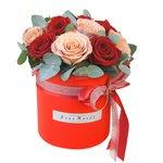 Розы Капучино, красные розы и эвкалипт в шляпной коробке в Санкт-Петербурге
