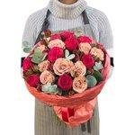 Пионовидные розы Рэд пиано и розы Капучино в стильной упаковке Пионовидные розы Рэд пиано и розы Капучино в стильной упаковке