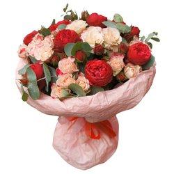 Пионовидная роза Рэд Пиано с розовыми кустовыми розами и эвкалиптом в Санкт-Петербурге