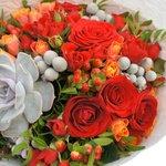 Осенний букет с суккулентом и ягодками гиперикума в Санкт-Петербурге