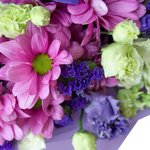 Букет в сиреневых тонах с ирисами, гвоздикой, белыми кустовыми розами и хризантемой в Санкт-Петербурге