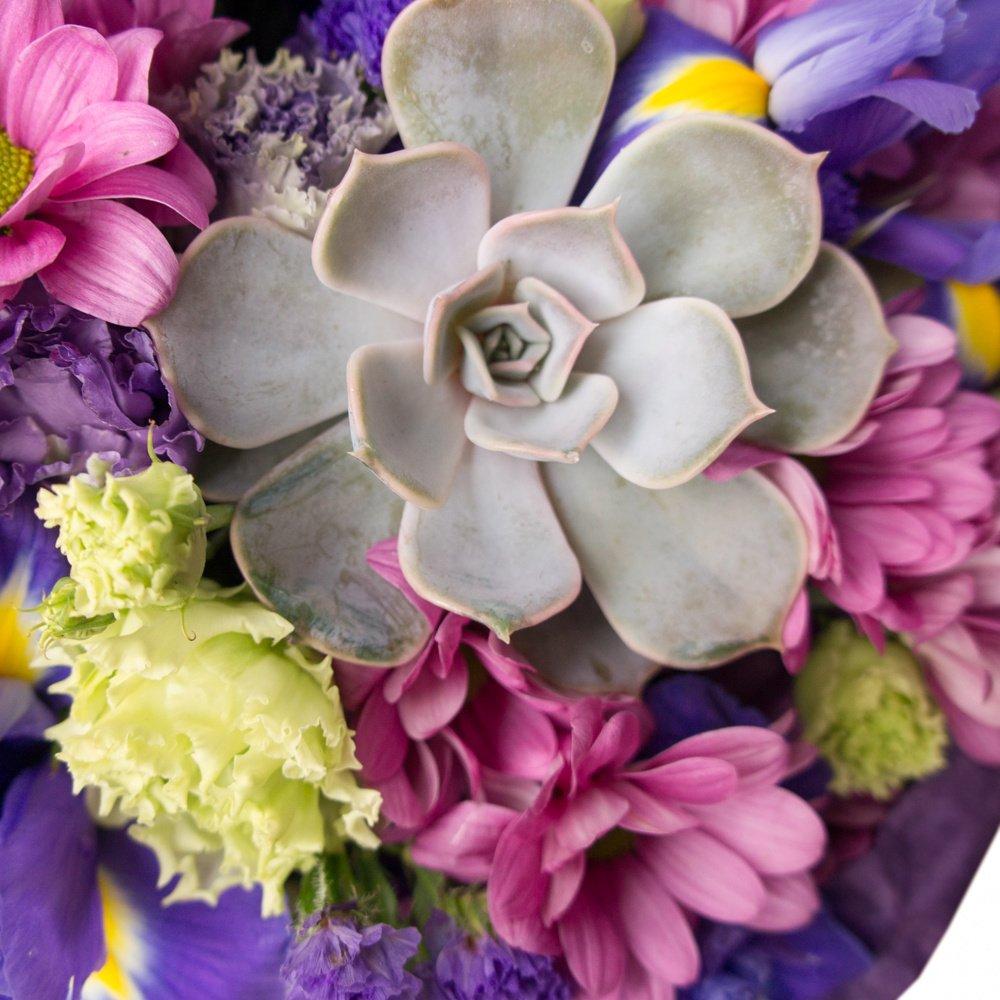 Букет «Сиреневый» №2 с кустовой хризантемой, синим ирисом, кустовой розой, лизиантусом, лунной гвоздикой и суккулентом