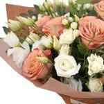 Букет из лизиантуса и роз Капучино с белыми кстовыми розами и ягодками гиперикума в стильной упаковке в Санкт-Петербурге