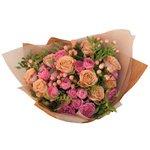Пионовидные розы Мисти Бабблз и розы Капучино с ягодками гиперикума в упаковке в Санкт-Петербурге