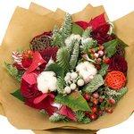 Оригинальный зимний цветок создаст праздничное настроение.