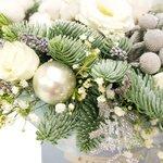 Зимняя композиция в шляпной коробке лизиантусов, веточек ели, брунии и шариков в Санкт-Петербурге