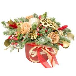 Подарочная композиция на праздник с лотосом, шишками и живыми цветами: розами Капучино и ягодками гиперикума в Санкт-Петербурге