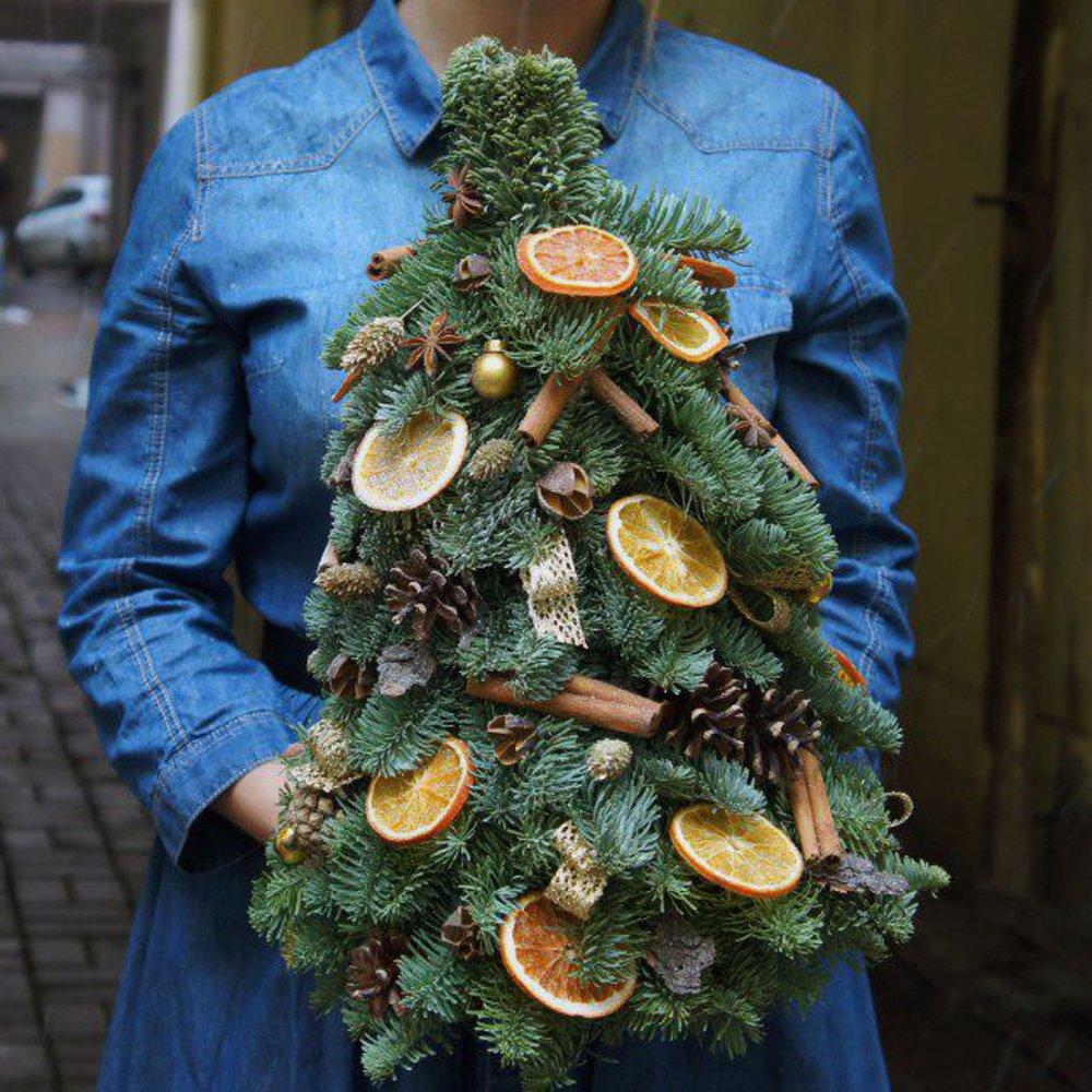 Ёлочка из живых ветвей с украшениями и с доставкой в Санкт-Петербурге